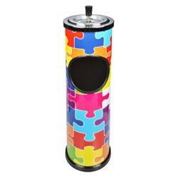 Venkovní popelník - odpadkový koš Puzzle, 60cm-Kovový venkovní popelník - odpadkový koš. Atraktivní kulatý popelník s košem potištěný barevným motivem Puzzle s nerezovou popelníkovou částí. Horní část se samozhášecím otočným popelníkem je odnímatelná a může být použita samostatně. Samostatný popelník s třemi odklady je vysoký 10cm a má průměr 11 cm. Venkovní popelník je dodáván v kartonové krabici. Rozměry: výška 60cm, průměr 14,5cm.
