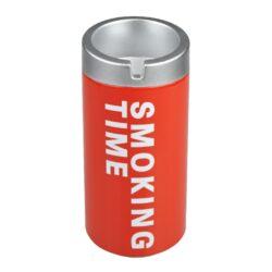 Popelník do auta Angelo CC, barevný-Plechový cigaretový popelník do auta Angelo Smoking Time. Speciální konstrukce teplu odolné plastové horní části zabezpečí, že popel z cigarety nebude okolo popelníku, ale zůstane v něm. Popel padá otvorem ve středu víčka do nádoby a tím se bezpečně udrží uvnitř. Současně víčko popelníku slouží jako držák na 1 cigaretu, který jistě využijete nejen při jízdě. Popelník do auta je lehce umístitelný do běžného držáku na nápoje. Využití tohoto popelníku nenajdete pouze v autě, ale třeba na balkóně, terase či zahradním altánu, kde udržení čistoty okolí je též žádané. Průměr popelníku je 6cm, výška 14cm. Cena je uvedena za 1 ks. Před odesláním objednávky uveďte číslo barevného provedení do poznámky.