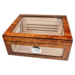 Humidor na doutníky Angelo prosklený 40D, stolní-Atraktivní stolní humidor na doutníky s kapacitou cca 40 doutníků (v závislosti na velikosti). Prosklený humidor s povrchem kombinující světlé a tmavé odstíny hnědé je v matném provedení. Součástí balení je vlhkoměr a polymerový zvlhčovač, který je umístěn uvnitř za perforovanou přepážkou na zadní stěně. Nechybí samozřejmě dvě přepážky na rozdělení prostoru na doutníky. Vnitřek humidoru je vyložený cedrovým dřevem. Rozměr humidoru: 32x28x13 cm.