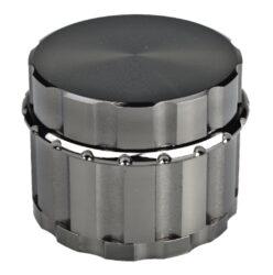 Drtič tabáku Dreamliner ALU, 55mm, gunmetal-Kovový drtič tabáku Dreamliner Alu. Kvalitní čtyřdílná drtička se sítkem a zásobníkem na tabák je precizně vyrobena z kvalitního hliníku CNC technologií. Jemně broušený lesklý povrch drtiče je ve velmi líbivém gunmetalovém provedení. Jednotlivé díly drtiče jsou magneticky uzavíratelné. Kvalitní a ostře broušené zuby drtičky zajistí rychlé nadrcení vaši směs do požadované kvality. Rozměry: průměr 55mm, výška 43mm.