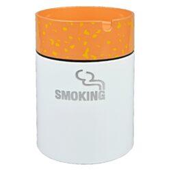 Cigaretový popelník kovový Smoking-Kovový cigaretový popelník v designu cigarety. Díky jeho konstrukci - speciální horní části se Vám nestane, že popel bude okolo popelníku. Popel padá otvorem ve středu víčka do nádoby a tím se bezpečně udrží uvnitř. Současně víčko popelníku slouží jako držák na 1 cigaretu. Využití tohoto popelníku najdete třeba na balkóně, terase či zahradním altánu, kde udržení čistoty okolí je žádané. Průměr popelníku 7,5cm, výška 11cm.