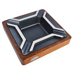 Doutníkový popelník Wenge, wood-metal, 4D-Doutníkový popelník na 4 doutníky. Atraktivní popelník na doutníky s dřevěnou Wenge základnou a kovovou vložkou, která je v elegantním polomatném černém provedení s broušenou horní stranou. Rozměry popelníku jsou 18x18x3,8cm. Popelník je dodáván v kartonovém obalu.