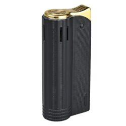 Zapalovač Faro Round Black-Elegantní zapalovač Faro Round. Kovový retro zapalovač rakušák v černém matném provedení a texturovaným povrchem. Po stisknutí horního krytu zapalovače se plamen zapálí. Ve spodní části zapalovače najdeme plnící ventil plynu a ovládání intenzity plamene. Zapalovač je dodáván v dárkové krabičce. Výška 6,4cm.