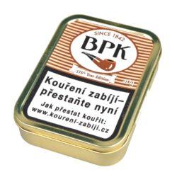 Dýmkový tabák BPK 175 Year Edition, 40g-Dýmkový tabák BPK 175 Year Edition. Kombinace černého Cavendishe a slabě nasládlé Zlaté Virginie spolu tvoří příjemnou směs s velmi jemnou chutí whisky. Balení plechová krabička 40g.