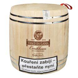 Doutníky Vasco da Gama Caribbean, 24ks-Doutníky Vasco da Gama Caribbean. Vybrané doutníky s příchutí karibského rumu jsou balené ve stylovém dřevěném soudku. Tyto doutníky zrají společně s karibským rumem a díky tomuto procesu získají unikátní chuť a aroma. Jednotlivé doutníky jsou uložené v krásné hliníkové tubě. Soudek obsahuje 24 ks doutníků. Doba hoření doutníku je cca 35-40 min. Doutníky Vasco da Gama Caribbean jsou ideálním dárkem pro milovníky karibského rumu a dobrých doutníků. Doutníky se prodávají po celém balení.  Délka: 150 mm Průměr: 17 mm Velikost prstýnku: 43 Tvar/velikost doutníku: Corona Typ doutníku dle skladování: doutník suchý  Síla tabáku: medium Původ doutníku: Německo