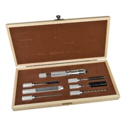 Výhrubník na dýmku Angelo, dřevěný set-Výhrubník na dýmku s příslušenstvím pro čistění dýmky. Praktická 7- dílná sada Angelo pro údržbu a čištění Vaší dýmky v dřevěné kazetě. Sada obsahuje výhrubník o průměru 17mm a další potřebné nástroje pro čištění dýmky. Rozměr kazety: 27,5x12,5cm.