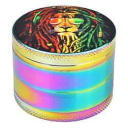 Drtič tabáku Dreamliner Rasta Lion, 50mm-Kvalitní kovový drtič tabáku Dreamliner Rasta Lion. Čtyřdílná drtička se závitem, sítkem a zásobníkem na tabák je precizně vyrobena z jakostního materiálu CNC technologií. Povrch je v atraktivním lesklém rainbow provedení. Víčko drtičky je magneticky uzavíratelné. Ostré zuby ve tvaru diamantu rychle nadrtí vaši směs do požadované kvality. Rozměry: průměr 50mm, výška 38mm.