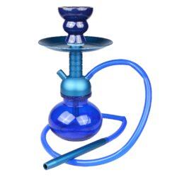 Vodní dýmka Super Heroes Pumpkin Elox 24cm modrá-Moderní malá vodní dýmka Super Heroes Pumpkin Elox je vysoká 24 cm. Kvalitně zpracované tělo vodní dýmky je z eloxovaného hliníku v modrém metalické provedení spolu se skleněnou vázou v stejném barevném tónu. Tato vodní dýmka je vybavena jedním výstupem pro hadici. Váza s tělem dýmky je spojena rychlým systémem uchycení Click, takže odpadá nutnost používat těsnění. V obsahu balení najdete jeden silikonový šlauch, kovový náustek, keramickou korunku, talířek a kleštičky na uhlíky.   Vnitřní průměr korunky pro nasazení: 2cm Délka silikonového šlauchu: 81cm Vnitřní průměr šlauchu: 8mm Vnější průměr nasazovací části náustku: 9mm