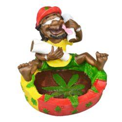 Cigaretový popelník Rasta Hippie-Cigaretový popelník Rasta Hippie. Barevný polyresinový popelník s oblíbeným Rasta motivem má odklad na dvě cigarety. Rozměry popelníku: 10,5x13,5x6,5cm.