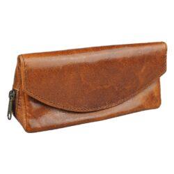 Kožené pouzdro na tabák, hnědé-Elegantní kožené pouzdro na tabák, papírky a filtry. Kvalitní pouzdro z hladké kůže v hnědém pololesklém provedení s efektní obšívkou. Pouzdro na tabák obsahuje tři úložné prostory. Po odklopení horní strany pouzdra, která se uzavírá na magnet, najdeme hlavní kapsu pro tabák. Na spodní a zadní straně pouzdra najdeme další dvě praktické kapsy uzavíratelné na zip. Dejte sbohem rozsypanému tabáku po kapsách, zničeným papírkům či filtrům a mějte vše vždy při sobě na jednom místě. Rozměry:16,5x7,5x5,5cm.