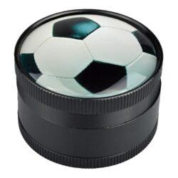 Drtič tabáku Dreamliner kovový Football, 50mm-Kovový drtič tabáku Dreamliner Football. Těžší třídílná drtička se závitem, sítkem a zásobníkem na tabák je kvalitně vyrobena CNC technologií. Hladký povrch je v černém polomatném provedení. Víčko je zdobené motivem pod vypouklým sklem. Jednotlivé díly drtičky jsou pevně spojené na závit, víčko je na magnet. Precizně broušené ostří nožů, které jsou ve tvaru diamantu, velmi jemně nadrtí vaší směs. Rozměry: průměr 50mm, výška 37mm.