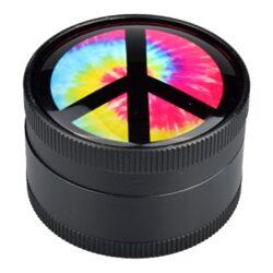 Drtič tabáku Dreamliner kovový Hippie, 50mm-Kovový drtič tabáku Dreamliner Hippie. Těžší třídílná drtička se závitem, sítkem a zásobníkem na tabák je kvalitně vyrobena CNC technologií. Hladký povrch je v černém polomatném provedení. Víčko je zdobené motivem pod vypouklým sklem. Jednotlivé díly drtičky jsou pevně spojené na závit, víčko je na magnet. Precizně broušené ostří nožů, které jsou ve tvaru diamantu, velmi jemně nadrtí vaší směs. Rozměry: průměr 50mm, výška 37mm.