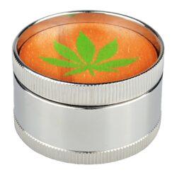 Drtič tabáku Dreamliner kovový Green Leaf, 50mm-Kovový drtič tabáku Dreamliner Green Leaf. Třídílná drtička se závitem, sítkem a zásobníkem na tabák je precizně vyrobena CNC technologií. Jemně broušený povrch je v lesklém chromovém provedení. Víčko je vyložené dřevem s motivem zeleného konopného listu. Jednotlivé díly drtičky jsou pevně spojené na závit, víčko na magnet. Precizně broušené ostří zubů ve tvaru jehlanu velmi jemně nadrtí vaší směs. Rozměry: průměr 50mm, výška 31mm.