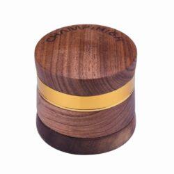 Drtič na tabák Champ High dřevěný 60mm-Dřevěný drtič na tabák Champ High. Kvalitní čtyřdílná drtička se závitem, sítkem a zásobníkem na tabák je precizně vyrobena. Kovové tělo z hliníku zpracované CNC technologií je zasazené v dřevěném hnědém pouzdře. Magneticky uzavíratelné dřevěné víčko drtičky je zdobené laserovaným logem Champ. Ostře broušené zuby ve tvarů diamantů velmi jemně nadrtí vaší směs do potřebné hrubosti. Rozměry: průměr 60mm, výška 59mm. Drtič je dodávaný v kartonové krabičce.