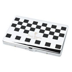 Cigaretové pouzdro na slim cigarety Pierre Cardin chrome/black cubes-Kovová tabatěrka na slim cigarety Pierre Cardin. Cigaretové pouzdro pojme 8-10 ks slim cigaret. Povrch pouzdra je v lesklém chromovém provedení. Přední strana je zdobená matně lakovanou černou šachovnicí a logem Pierre Cardin, zadní strana je celochromová s jemnou texturou. Cigarety uložené pouze na jedné straně tabatěrky jsou zajištěny plíškem. Vnitřní rozměry tabatěrky: 9,1x5,7cm. Cigaretové pouzdro je dodávané v dárkové originální krabičce.