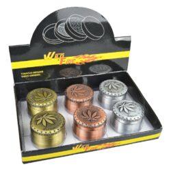 Drtič tabáku kovový WildFire Cannaleaf 50mm, 6mix-Kovový drtič tabáku WildFire Cannaleaf. Kvalitní čtyřdílná drtička se závitem, sítkem a zásobníkem na tabák je vyrobena CNC technologií. Drtič v metalickém stříbrném, bronzovém a měděném provedení je lehce patinovaný. Magneticky uzavíratelné víčko drtičky je zdobené gravírovanýn listem konopí a nápisem. Ostře broušené zuby ve tvarů diamantů velmi jemně nadrtí vaší směs do potřebné hrubosti. Rozměry: průměr 50mm, výška 36mm. Cena je uvedena za 1 ks. Před odesláním objednávky uveďte číslo barevného provedení do poznámky.