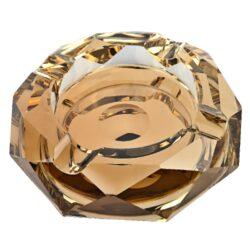 Doutníkový popelník křišťál Octagon zlatý 17,5cm, 4D-Masivní skleněný doutníkový popelník na 4 doutníky. Hranatý křišťálový popelník ve tvaru octagonu je ve zlatém provedení se zrcadlovým efektem. Popelník na doutníky je bohatě zdobený broušenými plochami a je precizně vyrobený z kvalitního skla. Popelník je dodávaný v dárkové kazetě. Rozměry popelníku: 17,5x17,5x4cm.