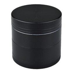 Drtič na tabák ALU Dreamliner Black 40mm-Kovový drtič tabáku Dreamliner Alu Black. Menší čtyřdílná drtička se závitem, sítkem a zásobníkem na tabák je vyrobena CNC technologií. Drtič je v pololesklém černém provedení s velmi jemně broušeným povrchem. Víčko drtičky je magneticky uzavíratelné. Ostře broušené zuby ve tvarů diamantů velmi jemně nadrtí vaší směs do potřebné hrubosti. Rozměry: průměr 40mm, výška 41mm. Drtič je dodávaný v kartnové krabičce.