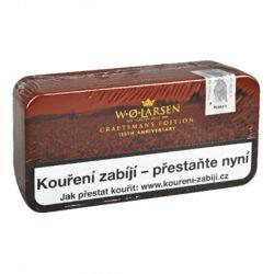 Dýmkový tabák W.O. Larsen Craftmans Edition 2020, 100g-Dýmkový tabák W.O. Larsen Craftmans Edition 2020 z vybraných tabáků nejvyšší kvality. Prémiová edice výborné tabákové lehce aromatizované směsi W.O. Larsen je připravená z vybraných tabáků Virginia, které doplňuje Burley ze Střední Ameriky a Afriky. Směs jemně ochucená whiskou, pivem a lehkým nádechem čokolády, poskytne kuřáku příjemný zážitek např. při posezení se sklenkou dobrého drinku. Dýmkový tabák je balený v hnědé plechové dóze s logem W.O. Larsen a sáčku. Balení 100g.
