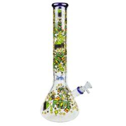 Skleněný bong Premium Crazy Ice, 42cm-Skleněný bong Premium Crazy. Atraktivní transparentní ice bong s barevným crazy potiskem. Rovný bong je vybavený výstupky pro udržení kostek ledu k ochlazení kouře a je ukončený silným hrdlem. Oproti standardním bongům je tento prémiový bong vyrobený z tepelně odolného skla tloušťky 5 mm. Chillum bongu je dvoudílný a je dodávaný s plastovým držákem, který fixuje chillum po zasunutí bongu.   Výška: 42 cm Vnitřní průměr bongu: 4 cm Průměr hrdla: 6 cm Socket chillumu/kotlíku: 18,8 mm/14,5 mm Sítko do bongu: 12 mm Materiál: sklo
