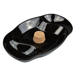Dýmkový popelník na 2 dýmky keramický černý ovál-Dýmkový popelník s odkladem na dvě dýmky. Černý keramický popelník v lesklém provedení je vybavený korkovým trnem na vyklepání dýmky a prostorem pro odložení. Oválný popelník na dýmku má rozměry 22,5x14,5x4cm. Dýmkový popelník je dodávaný v kartonové krabici.