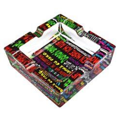 Cigaretový popelník skleněný Color text-Masivní cigaretový popelník skleněný. Hranatý popelník na cigarety se čtyřmi odkládacími místy je vyrobený ze silného skla. Tloušťka stěny je 1,6cm. Dno popelníku je potištěné atraktivním barevným motivem. Rozměry popelníku: 12x12x4cm. Popelník je dodávaný v kartonové krabičce.