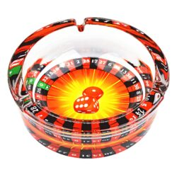 Cigaretový popelník skleněný kulatý Casino-Masivní cigaretový popelník skleněný Casino. Kulatý popelník na cigarety se třemi odkládacími místy je vyrobený ze silného skla. Tloušťka stěny je 1,2cm. Dno popelníku je potištěné atraktivním barevným motivem. Průměr popelníku 13cm, výška 4,4cm. Popelník je dodávaný v kartonové krabičce.