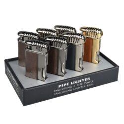 Dýmkový zapalovač Faro Pipetool 7mix-Stylový dýmkový zapalovač Faro Pipetool s trojdílným příslušenstvím pro dýmku. Kvalitně zpracovaný kovový zapalovač pro kuřáky dýmky s bočním plamenem má povrch v metalickém lesklém provedení kombinovaný s koženkou, kterou zdobí vytlačený lev. Dýmkový zapalovač je vybaven praktickým integrovaným dýmkovým příslušenstvím, které každý kuřák dýmky každodenně potřebuje. Na spodní straně zapalovače najdeme plnící ventil a ovládání intenzity plamene. Zapalovač je dodávaný v sametovém váčku. Rozměry: 7x3,4x1,4cm. Před odesláním objednávky uveďte číslo barevného provedení do poznámky.  Cena je uvedena za 1ks.  Balení - 7ks.