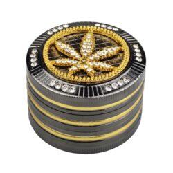 Drtič na tabák Champ High Leaf kovový 50mm-Atraktivní kovový drtič na tabák Champ High Leaf. Kvalitní čtyřdílná drtička se závitem, sítkem a zásobníkem na tabák je precizně vyrobena CNC technologií. Hladký lesklý povrch je v gunmetalovém provedení s kombinací zlatých prvků. Magneticky uzavíratelné víčko drtičky je zdobené velkým 3D listem konopí s broušenými kamínky. Ostře broušené zuby ve tvarů diamantů velmi jemně nadrtí vaší směs do potřebné hrubosti. Rozměry: průměr 51mm, výška 39mm. Drtič je dodávaný v dárkové krabičce.