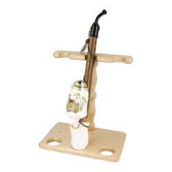 Stojánek na porcelánové dýmky BPK-Dřevěný stojánek na tři porcelánové dýmky. Kvalitně zpracovaný stojánek na krakonošku od známého výrobce dýmek BPK Proseč je ve tmavém provedení s lesklým povrchem. Stojánek je vhodný nejen pro keramické dýmky, ale také pro jiné dlouhé nebo řezané dýmky. Praktický odkládací prostor pro sběratele či kuřáka porcelánové dýmky a současně vzhledný doplněk jeho interiéru. Zobrazená keramická dýmka není součástí dodávky. Vzdálenost opěrného místa stojánku od spodní základny je 17,5cm. Rozměry stojánku 18x20x11,7cm.