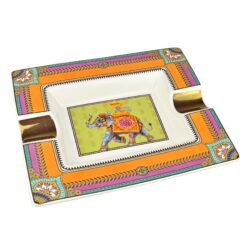 Doutníkový popelník keramický Elephant-Atraktivní doutníkový popelník na 2 doutníky. Hranatý keramický popelník ve tvaru obdélníku s barevným motivem slona je zdobený zlatými prvky. Kvalitně zpracovaný glazurovaný povrch popelníku je v lesklém provedení. Popelník na doutníky je dodávaný v dárkové krabičce. Rozměry popelníku: 20,5x17,2x3,1cm.