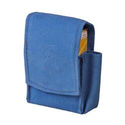 Pouzdro na cigarety JOY 85/100mm, modré-Kožené pouzdro na cigarety s boční kapsou na zapalovač. Univerzální pouzdro na celou krabičku cigaret 85mm nebo 100mm dlouhých je vyrobené z jemné broušené kůže a je v modrém provedení. Na přední straně je zdobené vytlačeným logem. Vypadnutí krabičky zajišťuje zapínání pouzdra na magnet. Díky dvěma zapínacím magnetům je cigaretové pouzdro vhodné pro krabičku cigaret běžné velikosti King Size, tak i pro krabičku dlouhých stovkových cigaret. Na boční straně je pouzdro vybavené praktickou kapsičkou na zapalovač. Maximální vnitřní rozměry pouzdra: 11x6,3x2,2cm.