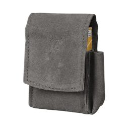 Pouzdro na cigarety JOY 85/100mm, šedé-Kožené pouzdro na cigarety s boční kapsou na zapalovač. Univerzální pouzdro na celou krabičku cigaret 85mm nebo 100mm dlouhých je vyrobené z jemné broušené kůže a je v šedém provedení. Na přední straně je zdobené vytlačeným logem. Vypadnutí krabičky zajišťuje zapínání pouzdra na magnet. Díky dvěma zapínacím magnetům je cigaretové pouzdro vhodné pro krabičku cigaret běžné velikosti King Size, tak i pro krabičku dlouhých stovkových cigaret. Na boční straně je pouzdro vybavené praktickou kapsičkou na zapalovač. Maximální vnitřní rozměry pouzdra: 11x6,3x2,2cm.
