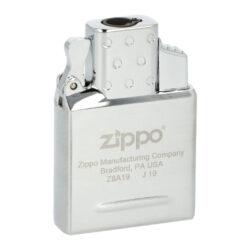 Zippo plynový insert do zapalovače, 1x Jet-Zippo plynový insert do benzínového zapalovače. Originální plynová vložka Zippo s jednou tryskou je vhodná pro všechny klasické benzínové zapalovače Zippo - není určena pro dámské slim zapalovače Zippo. Kovový plynový insert Zippo je v lesklém chromovém provedení. Na spodní straně najdeme plnící plynový ventil a ovládání intenzity plamene. Jednoduše vyndáte původní benzínovou vložku, vsunete vložku plynovou a turbo zapalovač je na světě ve stejném Vámi oblíbeném designu benzínového zapalovače Zippo. Plynový insert je dodávaný v originální krabičce. Rozměry vložky 5,2x3,6x1,2cm.