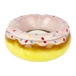 Cigaretový popelník keramický Donuts, 3mix-Venkovní cigaretový popelník Donuts. Barevný keramický popelník v designu oblíbeného amerického Donutu má tři odkladová místa a skládá se ze dvou částí. A to prostorem pro popel a částí přiklápěcí, která zabraňuje popelu se dostat ven. Rozměry popelníku: 14,5x14,5x6,4cm. Cena je uvedena za 1 ks. Před odesláním objednávky uveďte číslo barevného provedení do poznámky.