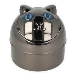 Cigaretový popelník kovový Cat blue eyes 9cm-Nejen venkovní cigaretový popelník Cat blue eyes. Kovový samozhášecí popelník ve tvaru kočky má povrch v gunmetalovém lesklém provedení. Popelník je vybavený praktickým uzavíracím mechanismem. Po odklopení plochy s očima se otevře prostor pro popel a zbytky cigaret. Zpětným překlopením se obsah prostoru vysype dovnitř popelníku a zaklopí. Tím se zabrání rozfoukání popelu větrem. Díky tomuto najde cigaretový popelník uplatnění nejen doma na stole, ale třeba na balkóně nebo v zahradním altánu, kde udržení čistoty okolí je žádané. Rozměry: výška 9 cm, průměr 9 cm. Popelník je dodávaný v kartonové krabičce.
