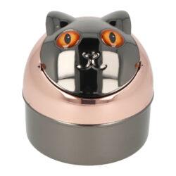 Cigaretový popelník kovový Cat brown eyes 9cm-Nejen venkovní cigaretový popelník Cat brown eyes. Kovový samozhášecí popelník ve tvaru kočky má povrch v kombinaci měděného a gunmetalového lesklého provedení. Popelník je vybavený praktickým uzavíracím mechanismem. Po odklopení plochy s očima se otevře prostor pro popel a zbytky cigaret. Zpětným překlopením se obsah prostoru vysype dovnitř popelníku a zaklopí. Tím se zabrání rozfoukání popelu větrem. Díky tomuto najde cigaretový popelník uplatnění nejen doma na stole, ale třeba na balkóně nebo v zahradním altánu, kde udržení čistoty okolí je žádané. Rozměry: výška 9 cm, průměr 9 cm. Popelník je dodávaný v kartonové krabičce.