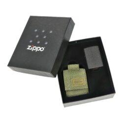 Dárková sada Zippo Black Crackle + Green Pouch-Dárková sada Zippo Black Crackle + Green Pouch obsahuje zapalovač Zippo s kapsičkou. V atraktivním dárkovém setu najdete benzínový zapalovač Zippo v provedení Black Crackle s jemně texturovaným povrchem a praktickou kapsičku na zapalovač Zippo v zeleném khaki odstínu. Kapsička je vyrobená z pevné vojenské speciální látky, díky které je velmi odolná. Uzavíraní kapsičky je řešené suchým zipem. Na zadní straně nejdeme pevné látkové poutko na patent, díky kterému je možné kapsičku připnout k pásku. Dodávaný zapalovač v sadě není naplněn benzínem. Originální příslušenství benzín Zippo, kamínky, knoty a vata do zapalovače Zippo, zajistí správné fungování benzínové zapalovače. Na mechanické závady zapalovače poskytuje Zippo doživotní záruku. Tuto záruku můžete uplatnit přímo u nás. Zapalovače jsou vyrobené v USA, Original Zippo® Bradford. Celkové vnější rozměry kapsičky: 7x5,3x2,5cm.