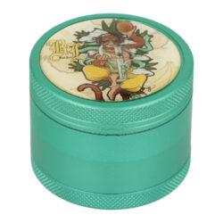 Drtič tabáku Black Leaf Hanuman ALU kovový, 50mm-Kovový drtič tabáku Black Leaf Hanuman ALU. Atraktivní čtyřdílná drtička se závitem, sítkem a zásobníkem na tabák je vyrobena z kvalitního hliníku CNC technologií. Kvalitně zpracovaný povrch s jemnou texturou je upraven eloxováním v tmavě zeleném metalickém provedení. Horní strana je zdobená barevným motivem a logem Black Leaf, který je zalitý průhlednou pryskyřicí. Jednotlivé díly drtičky jsou pevně spojené na závit, víčko je na magnet. Precizně broušené ostří nožů ve tvaru diamantu velmi jemně nadrtí vaši směs do požadované hrubosti. Drtič je dodávaný ve fóliové krabičce.  Průměr drtiče: 50 mm Výška drtiče: 41 mm