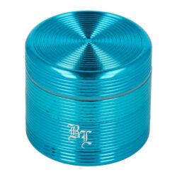 Drtič tabáku Black Leaf Groove ALU Blue kovový, 40mm-Kovový drtič tabáku Black Leaf Groove ALU Blue. Menší čtyřdílná drtička se závitem, sítkem a zásobníkem na tabák je vyrobena z kvalitního hliníku CNC technologií. Kvalitně zpracovaný drážkovaný povrch v modrém lesklém provedení je upraven eloxováním. Na čelní straně nejdeme tištěné logo Black Leaf. Jednotlivé díly drtičky jsou pevně spojené na závit, víčko je na magnet. Precizně broušené ostří nožů ve tvaru diamantu velmi jemně nadrtí vaši směs do požadované hrubosti. Drtič na tabák je dodávaný v kartonové krabičce.  Průměr drtiče: 40 mm Výška drtiče: 35 mm