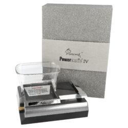 Elektrická plnička dutinek Powermatic IV, šedá-Kompaktní elektrická plnička cigaretových dutinek Powermatic IV je novým nástupcem modelu Powermatic II. Precizně zpracovaná poloautomatická cigaretová plnička v novém designu je určena nejen pro plnění dutinek klasické velikosti King Size - průměr 8 mm, ale také pro stovkové dutinky (100 mm stejného průměru), které jsou plněné tlakem pomocí kovového hrotu. Plničku Powermatic IV nelze používat pro plnění slim nebo ultra slim dutinek. Oproti modelu Powermatic II je vysoká pouhých 5,5 cm (bez násypky tabáku) a tím pádem nezabere tolik místa. Jak jsme zvyklí u elektrických plniček Powermatic, i tato plnička dutinky plní jednotlivě po jednom kuse. Powermatic IV je vybavená velkou násypkou na tabák, díky které vyrobíme mnoho cigaret, aniž bychom museli tabák stále doplňovat. Na horní straně najdeme prostor pro vložení násypky na tabák, tabákovou komoru. Na pravé straně je umístěná ovládací kovová páka, která spouští plnění dutinky jednoduchým pohybem shora dolů. Plnička je velmi jednoduchá na ovládání - zvednete ovládací páku nahoru, naplníte zásobník tabákem, nasadíte dutinku na kovový hrot a lehkým pohybem páky dolu se začne dutinka plnit. Cigareta je vyrobena během pár sekund bez jakékoliv námahy. Elektrická plnička cigaret Powermatic IV je dodávaná s praktickým příslušenstvím k údržbě a čistění, které Vám pomůže udržet plničku ve skvělé kondici. Kvalitní plnička cigaretových dutinek Powermatic IV je vylepšeným typem plničky Powermatic II, která se těší velké oblibě díky své kvalitní konstrukci a perfektní funkčnosti. Originální balení obsahuje: plničku Powermatic IV, tabákovou násypku z tvrzeného plastu, napájecí síťový adaptér a čistící kartáčky včetně jehly.  Rozměry plničky: Bez násypky na tabák: 16 x 12 x 5,7 cm S násypkou na tabák: 16 x 12 x 11 cm  a target=_blank href=https://youtu.be/nCqm-Zc0tHUPlnička dutinek Powermatic IV - video, jak plnit cigaretové dutinky v elektrické plničce/a