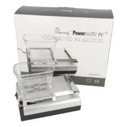 Elektrická plnička dutinek Powermatic IV, stříbrná-Kompaktní elektrická plnička cigaretových dutinek Powermatic IV je novým nástupcem modelu Powermatic II. Precizně zpracovaná poloautomatická cigaretová plnička v novém designu je určena nejen pro plnění dutinek klasické velikosti King Size - průměr 8 mm, ale také pro stovkové dutinky (100 mm stejného průměru), které jsou plněné tlakem pomocí kovového hrotu. Plničku Powermatic IV nelze používat pro plnění slim nebo ultra slim dutinek. Oproti modelu Powermatic II je vysoká pouhých 5,5 cm (bez násypky tabáku) a tím pádem nezabere tolik místa. Jak jsme zvyklí u elektrických plniček Powermatic, i tato plnička dutinky plní jednotlivě po jednom kuse. Powermatic IV je vybavená velkou násypkou na tabák, díky které vyrobíme mnoho cigaret, aniž bychom museli tabák stále doplňovat. Na horní straně najdeme prostor pro vložení násypky na tabák, tabákovou komoru. Na pravé straně je umístěná ovládací kovová páka, která spouští plnění dutinky jednoduchým pohybem shora dolů. Plnička je velmi jednoduchá na ovládání - zvednete ovládací páku nahoru, naplníte zásobník tabákem, nasadíte dutinku na kovový hrot a lehkým pohybem páky dolu se začne dutinka plnit. Cigareta je vyrobena během pár sekund bez jakékoliv námahy. Elektrická plnička cigaret Powermatic IV je dodávaná s praktickým příslušenstvím k údržbě a čistění, které Vám pomůže udržet plničku ve skvělé kondici. Kvalitní plnička cigaretových dutinek Powermatic IV je vylepšeným typem plničky Powermatic II, která se těší velké oblibě díky své kvalitní konstrukci a perfektní funkčnosti. Originální balení obsahuje: plničku Powermatic IV, tabákovou násypku z tvrzeného plastu, napájecí síťový adaptér a čistící kartáčky včetně jehly.  Rozměry plničky: Bez násypky na tabák: 16 x 12 x 5,7 cm S násypkou na tabák: 16 x 12 x 11 cm  a target=_blank href=https://youtu.be/nCqm-Zc0tHUPlnička dutinek Powermatic IV - video, jak plnit cigaretové dutinky v elektrické plničce/a  a target=_blank href=http