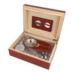 Humidor na doutníky Rosewood SET 20D-Stolní humidor na doutníky Rosewood SET s kapacitou cca na 20 doutníků (v závislosti na velikosti). Praktická sada obsahující humidor a doutníkové příslušenství, které jistě ocení každý kuřák doutníků. Doutníkový set obsahuje mimo humidoru doutníkový popelník s kovovou vložkou a kovový doutníkový ořezávač v broušeném chromovém provedení. Humidor s matným povrchem je ve tmavším hnědo bordovém provedení. Na vnitřní straně víka je prostor pro magnetické uchycení vyměnitelného vlhkoměru a polymerového zvlhčovače, který je součástí balení včetně magnetů. Celý vnitřek humidoru je vyložený cedrovým dřevem, které prospívá skladování doutníků. Poškrábání povrchu, na kterém je humidor položený, zabraňuje jemná sametová látka, kterou je spodní vnější část humidoru vybavena. Sada je vhodná jako dárek pro začínajícího kuřáka doutníků.  Rozměry humidoru vnější: 24x18x8 cm Prostor pro doutníky: 21,5x15,5x5 cm Délka/průměr otvoru ořezávače:  9,5 cm/21,5 mm Rozměry popelníku: 18x9,5x 2,5 cm Průměr otvoru pro zvlhčovač: 6 cm Průměr otvoru pro vlhkoměr: 3,8 cm  Humidory jsou dodávány nezavlhčené, proto Vám nabízíme bezplatnou volitelnou službu Zavlhčení humidoru, kterou si vyberete v Souvisejícím zboží. Nový humidor je nutné před prvním uložením doutníků zavlhčit, upravit a ustálit jeho vlhkost na požadovanou hodnotu. Dobře zavlhčený humidor uchová Vaše doutníky ve skvělé kondici.