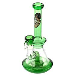Skleněný bong s perkolací Amsterdam SB green, 22cm-Skleněný bong s perkolací Amsterdam Smoking Boy Green. Malý tvarově zajímavý bong v zeleném provedení je na čelní straně zdobený tištěným motivem. Bong ukončeným menším hrdlem je ve spodní části vybavený perkolací Matrix, která pomáhá kouř zjemnit a ochladit. Oproti standardním bongům je tento prémiový bong vyrobený z tepelně odolného borosilikátového skla tloušťky 2 mm. Vestavěný chillum bongu je ukončený větším kotlíkem.  Výška: 22 cm Vnitřní průměr bongu: 1,8 cm Vnější průměr bongu: 2,2 cm Průměr hrdla: 3,1 cm Socket chillumu: 14,5 mm Perkolace: 1x Matrix Sítko do bongu: 12 mm Materiál: borosilikátové sklo