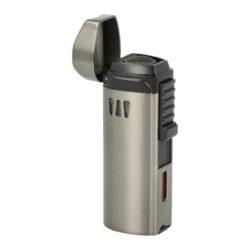 Doutníkový zapalovač Eurojet Alborg 3xjet, šedý-Doutníkový zapalovač Alborg 3xjet s vyštípávačem. Masivnější tryskový zapalovač na doutníky je v gunmetalovém lesklém provedení. Kovový zapalovač je na čelní straně zdobený perforací, na pravé straně je umístěné okénko, díky kterému můžeme kontrolovat hladinu plynu v zapalovači. Po odklopení horní krytu a stisknutí bočního tlačítka směrem dolů dojde k zapálení třech trysek. Tyto trysky vyvinou silný plamen pro zapálení Vašeho oblíbeného doutníku. Doutníkový zapalovač je vybavený integrovaným vyštípávačem o průměru 8,5mm. Ve spodní části najdeme plynový plnící ventil a regulace intenzity plamene. Zapalovač je dodávaný v dárkové krabičce. Rozměry zapalovače 3,2x8,5x2,5 cm.