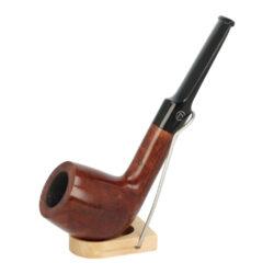 Dýmka Jirsa Petit I, filtr 9mm-Dýmka Jirsa Petit s filtrem 9 mm. Precizně zpracovaná brierová dýmka od známého výrobce dýmek Oldřicha Jirsy je kvalitně vyrobená z pečlivě vybraného briarového dřeva. Zahnutá dýmka je ve světlejším hnědém odstínu s výraznou kresbou. Hladká hlava dýmky je v lesklém provedení, černý akrylátový náustek taktéž. Atraktivní vzhled dýmky ještě více zvýrazňují ozdobné kroužky. Každá Jirsovka je zdobená na horní a spodní straně známým logem Jirsa, podle kterého jasně dýmku identifikujeme. Dýmky Jirsa jsou zabalené do látkového pytlíku a dodávány v originální dárkové krabičce Jirsa. Filtr a vyobrazený stojánek není součástí balení dýmky.  Filtr do dýmky: 9mm Délka dýmky: 139mm Výška hlavy: 50mm Šířka hlavy: 37mm Průměr tabákové komory: 21mm Hloubka tabákové komory: 40mm Hmotnost dýmky: 54g Druh dýmky dle materiálu: dýmka briár