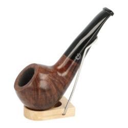 Dýmka Jirsa Petit XII, filtr 9mm-Dýmka Jirsa Petit s filtrem 9 mm. Precizně zpracovaná brierová dýmka od známého výrobce dýmek Oldřicha Jirsy je kvalitně vyrobená z pečlivě vybraného briarového dřeva. Menší rovná dýmka je ve tmavém hnědém odstínu s méně výraznou kresbou. Hladká hlava dýmky je v lesklém provedení, černý akrylátový náustek taktéž. Každá Jirsovka je zdobená na boční a spodní straně známým logem Jirsa, podle kterého jasně dýmku identifikujeme. Dýmky Jirsa Petit jsou zabalené do látkového pytlíku. Filtr a vyobrazený stojánek není součástí balení dýmky.  Filtr do dýmky: 9 mm Délka dýmky: 120 mm Výška hlavy: 40 mm Šířka hlavy: 43 mm Průměr tabákové komory: 21 mm Hloubka tabákové komory: 26 mm Hmotnost dýmky: 48 g Druh dýmky dle materiálu: dýmka briár