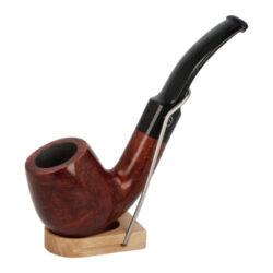 Dýmka Jirsa Petit XI, filtr 9mm-Dýmka Jirsa Petit s filtrem 9 mm. Precizně zpracovaná brierová dýmka od známého výrobce dýmek Oldřicha Jirsy je kvalitně vyrobená z pečlivě vybraného briarového dřeva. Zahnutá dýmka je ve hnědém odstínu s výraznou kresbou. Hladká hlava dýmky je v lesklém provedení, černý akrylátový náustek taktéž. Každá Jirsovka je zdobená na horní a spodní straně známým logem Jirsa, podle kterého jasně dýmku identifikujeme. Dýmky Jirsa jsou zabalené do látkového pytlíku a dodávány v originální dárkové krabičce Jirsa. Filtr a vyobrazený stojánek není součástí balení dýmky.  Filtr do dýmky: 9mm Délka dýmky: 139mm Výška hlavy: 50mm Šířka hlavy: 38mm Průměr tabákové komory: 21mm Hloubka tabákové komory: 40mm Hmotnost dýmky: 50g Druh dýmky dle materiálu: dýmka briár