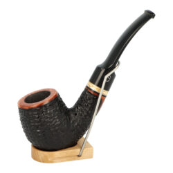 Dýmka Jirsa Varia V, filtr 9mm-Brierová dýmka Jirsa Varia s filtrem 9 mm. Kvalitní a precizně zpracovaná dýmka od známého výrobce dýmek Oldřicha Jirsy je vyrobená z pečlivě vybraného briaru. Zahnutá dýmka je v černo hnědém rustikálním provedení s výraznější kresbou. Texturovaná hlava dýmky je v lesklém provedení, černý akrylátový náustek taktéž. Atraktivní vzhled dýmky ještě více zvýrazňuje ozdobný světlý prstenec. Každá Jirsovka je zdobená na horní a spodní straně známým logem Jirsa, podle kterého jasně dýmku identifikujeme. Dýmky Jirsa jsou zabalené do látkového pytlíku a dodávány v originální dárkové krabičce Jirsa. Filtr a vyobrazený stojánek není součástí balení dýmky.  Filtr do dýmky: 9mm Délka dýmky: 135mm Výška hlavy: 46mm Šířka hlavy: 42mm Průměr tabákové komory: 21mm Hloubka tabákové komory: 36mm Hmotnost dýmky: 51g Druh dýmky dle materiálu: dýmka briár