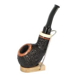 Dýmka Jirsa Varia X, filtr 9mm-Brierová dýmka Jirsa Varia s filtrem 9 mm. Kvalitní a precizně zpracovaná dýmka od známého výrobce dýmek Oldřicha Jirsy je vyrobená z pečlivě vybraného briaru. Zahnutá dýmka je v černo hnědém rustikálním provedení s výraznější kresbou. Texturovaná hlava dýmky je v lesklém provedení, černý akrylátový náustek taktéž. Atraktivní vzhled dýmky ještě více zvýrazňuje ozdobný světlý prstenec. Každá Jirsovka je zdobená na horní a spodní straně známým logem Jirsa, podle kterého jasně dýmku identifikujeme. Dýmky Jirsa jsou zabalené do látkového pytlíku a dodávány v originální dárkové krabičce Jirsa. Filtr a vyobrazený stojánek není součástí balení dýmky.  Filtr do dýmky: 9mm Délka dýmky: 137mm Výška hlavy: 44mm Šířka hlavy: 45mm Průměr tabákové komory: 21mm Hloubka tabákové komory: 33mm Hmotnost dýmky: 46g Druh dýmky dle materiálu: dýmka briár